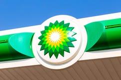 BP -英国石油在蓝天的加油站商标 Britis 免版税图库摄影