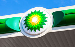 BP - British Petroleum-het embleem van de benzinepost over blauwe hemel Royalty-vrije Stock Fotografie