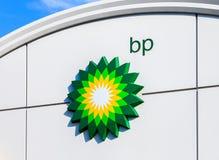 BP - British Petroleum-het embleem van de benzinepost over blauwe hemel Stock Fotografie