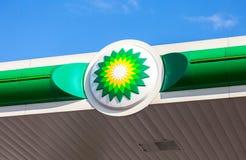 BP - British Petroleum-het embleem van de benzinepost tegen blauwe hemel Bri Royalty-vrije Stock Foto