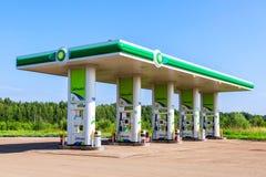 BP- oder Petroleum-Tankstelle am Sommertag Lizenzfreie Stockfotografie