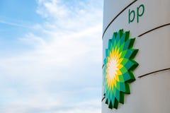BP-vertoningstribune met binnen het embleem van het bedrijfherontwerp bij benzinepost Stock Foto