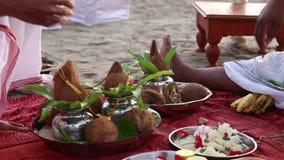 Brâmanes que prepareing o lugar para a cerimônia de casamento indiana filme