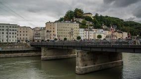 Brücke über Fluss zu historischer Stadt Salzburgs lizenzfreie stockfotografie