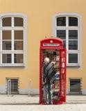 Brà ¼百升,德国- 2017年9月10日:在一个图书馆附近的Unknow人在Brà ¼百升,莱茵河流域德国镇  库存照片