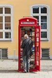 Brà ¼hl, TYSKLAND - SEPTEMBER 10, 2017: Unknow man nära ett arkiv i staden av Brà ¼hl, Rhineland Tyskland Arkivfoton