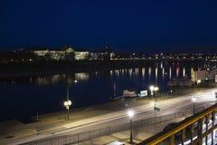 从Brà ¼百升的大阳台的易北河在晚上 免版税库存图片