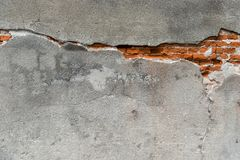 Bräcklig vägg Knäcka över väggen med röda förstörda tegelstenar arkivfoto