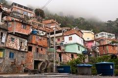 Bräckliga bostads- konstruktioner av favelaen Vidigal i Rio de Janeiro royaltyfri fotografi