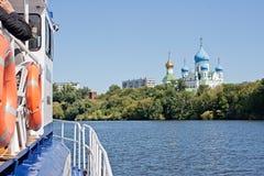 Bräde av det motoriska skeppet och den Nicolo-Perervensky kloster i Moskva (Ryssland) Royaltyfria Foton
