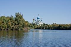 Bräde av det motoriska skeppet och det regerings- huset i Moskva (Ryssland) Arkivfoton