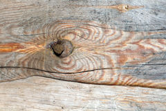 Bräde av trä gammalt och sprucket Yttersidan är grov och ojämn Arkivbild