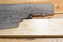 Bräde av trä gammalt och sprucket Yttersidan är grov och ojämn Royaltyfri Fotografi