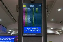 Bräde för information om ankomster för Qantas flygbolag inhemskt i Melbourne arkivfoto