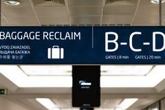 Bräde för information om bagageåterkräva inom Prague den internationella flygplatsen - April 2019 royaltyfria foton