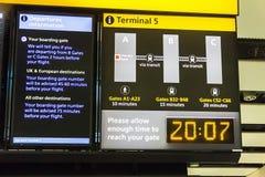 Bräde för information om flygavvikelse i terminal 5 av flygplatsen för London ` s Heathrow arkivbild