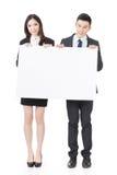 Bräde för mellanrum för innehav för affärsman och kvinnavitt royaltyfri bild