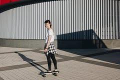 Bräde för skridsko för Hipsterflickaridning Fotografering för Bildbyråer