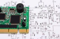 Bräde för utskrivaven strömkrets som ligger på diagram av elektronik, teknologi arkivfoto