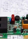 Bräde för utskrivaven strömkrets som ligger på diagram av elektronik, teknologi arkivfoton