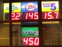 """Bräde med höga stålarkrukor Lotteritecken med 450 miljon maktboll och 145 miljon mega miljon stålarkrukor i NJ 2016 USA Ð """", Fotografering för Bildbyråer"""