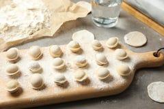 Bräde med rå klimpar Process av matlagning arkivfoto