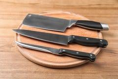 Bräde med uppsättningen av knivar arkivfoto