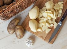 bräde som hugger av den klippta potatisen Arkivfoton