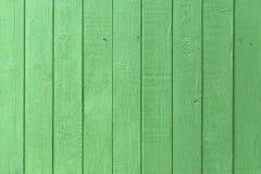 Bräde som målas i grön färg Arkivfoton