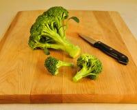 brädebroccoli som klipper nytt grönt trä Arkivbilder