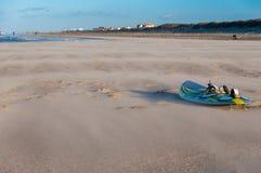 Brädet av vindsurfar på en strand Arkivfoton