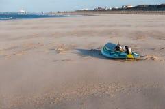 Brädet av vindsurfar på en strand Royaltyfria Foton