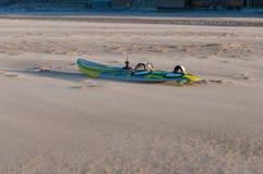 Brädet av vindsurfar på en strand Royaltyfri Foto