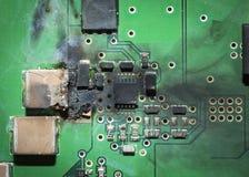 Bränd elektronisk PCB för bräde för utskrivaven strömkrets för SMD efter en kortsluta Royaltyfri Bild
