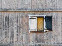Bränd fönsterslutare i förfallen träbyggnad Royaltyfri Bild