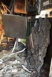 Bränd ingång till stången, brutna fönster, attack av fulla huligan arkivfoto