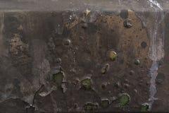 Bränd korrugerad färg färgar på rostig metallyttersida, grönt FN Arkivfoto