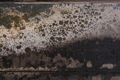 Bränd korrugerad färg färgar på rostig metallyttersida med kanten Arkivfoto