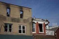 Brända historiska byggnader med blå himmel Arkivfoton