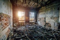 Brända inre av den industriella korridoren efter brand i fabriken Arkivbild