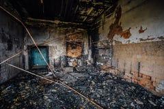 Brända inre av den industriella korridoren efter brand i fabriken Royaltyfria Foton