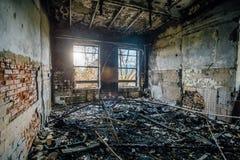 Brända inre av den industriella korridoren efter brand i fabriken Arkivfoto