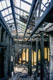 Brända inre av huset efter brand Bränd till kol tak och service Brända träväggar royaltyfri fotografi