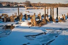 Brända trähögar från den gamla bron över floden 1019 Royaltyfria Bilder