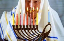 bränn hålla ögonen på för den stearinljusberömhanukkah judiskt menoran Stearinljus som bränner i menororna arkivbilder