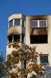 Bränn ut huset i en stad arkivfoto