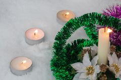 Bränn vinterväderstearinljus Vind i vintern arkivfoto