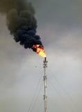 Bränna av det petrokemiska industriella komplexet Oljeraffinaderibyggnadsbransch Royaltyfri Bild