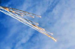 Bränna av meteoriter av asteroider i atmosfären för jord` s, när falla från utrymme Arkivfoton