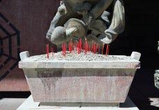 Bränna av rökelsepinnar på den kinesiska templet arkivfoton